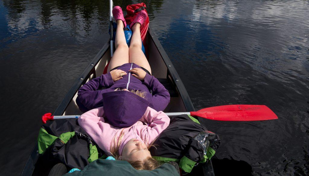 Kanot_camping_tjejer paddlar